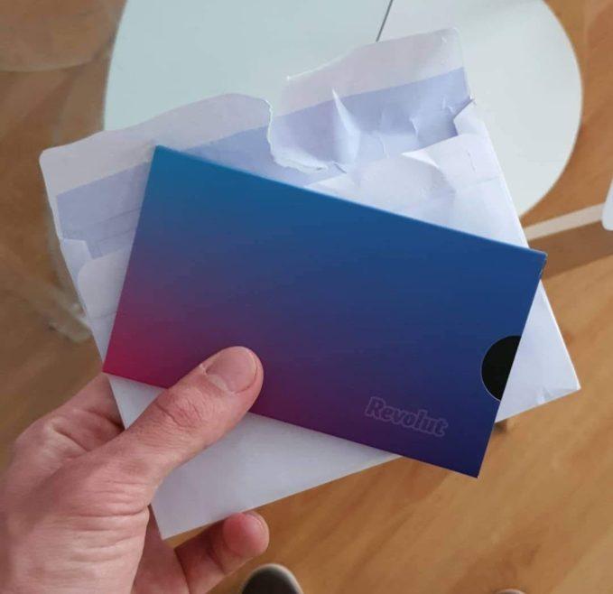 Sobre con la tarjeta Revolut