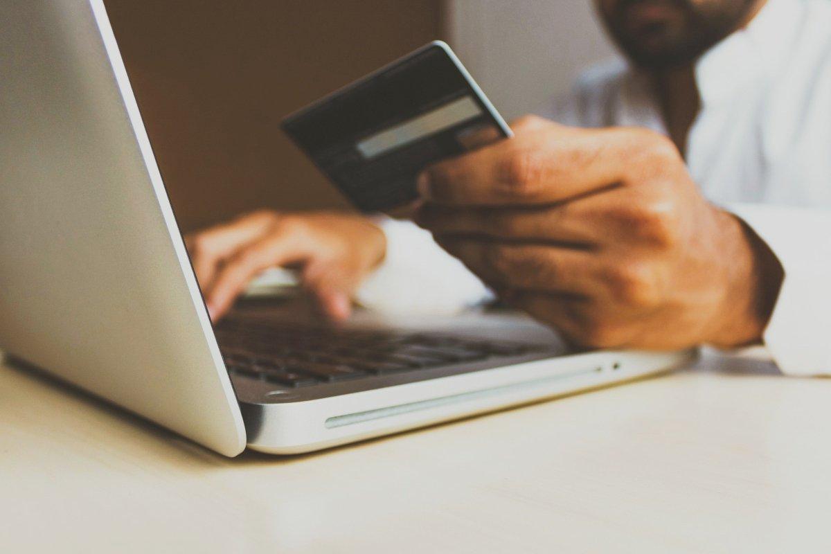 Persona comprando online con una Tarjeta American Express